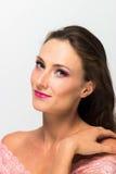 Schönes Mädchen Getrennt auf einem weißen Hintergrund Vollkommene Haut Schönes lächelndes Mädchen Mode-blondes vorbildliches Port Stockfotografie
