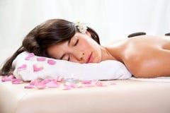 Schönes Mädchen hat eine Entspannung in Badekurortbehandlung Lizenzfreies Stockfoto