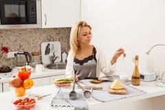 Schönes Mädchen herein  Küche stockbild
