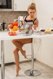 Schönes Mädchen herein  Küche Stockfotografie