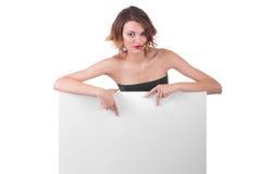 Schönes Mädchen hinter Anschlagtafelpapierplakat Stockbilder