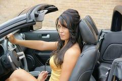 Schönes Mädchen hinter dem Rad im Sportwagen Stockfoto