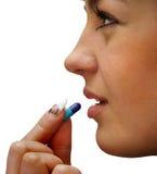 Schönes Mädchen holt zur Mundkapsel Lizenzfreies Stockfoto