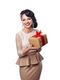 Schönes Mädchen im Abendkleid, das ein Geschenk hält Stockfotos