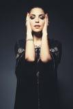 Schönes Mädchen im arabischen Bild mit hellem orientalischem Make-up Stockbilder