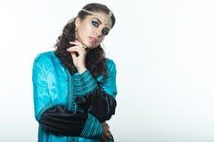 Schönes Mädchen im arabischen Bild mit hellem orientalischem Make-up Lizenzfreie Stockbilder