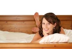 Schönes Mädchen im Bett Lizenzfreie Stockfotos