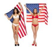 Schönes Mädchen im Bikini, der die USA-Flagge hält Stockbilder