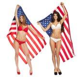 Schönes Mädchen im Bikini, der die USA-Flagge hält Lizenzfreies Stockbild