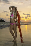 Schönes Mädchen im Bikini am Strand Lizenzfreie Stockfotos