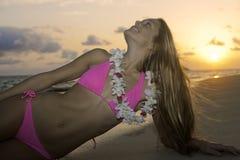 Schönes Mädchen im Bikini am Strand Lizenzfreie Stockfotografie