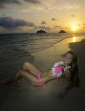 Schönes Mädchen im Bikini am Strand Stockfotos