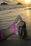 Schönes Mädchen im Bikini am Strand Stockbild