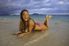 Schönes Mädchen im Bikini am Strand Lizenzfreies Stockfoto