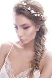 Schönes Mädchen im Bild der Braut mit а-Kranz von Blumen auf ihrem Haar Schönes lächelndes Mädchen Lizenzfreies Stockbild