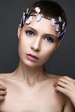 Schönes Mädchen im Bild der Braut mit а-Kranz von Blumen auf ihrem Kopf Schönes lächelndes Mädchen Stockbild
