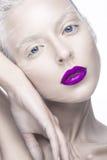 Schönes Mädchen im Bild des Albinos mit den purpurroten Lippen und den weißen Augen Kunstschönheitsgesicht Lizenzfreies Stockfoto