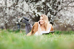 Schönes Mädchen im Blütengarten an einem Frühlingstag Stockbilder