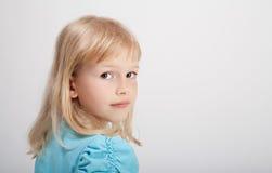 Schönes Mädchen im blauen T-Shirt stockfotografie