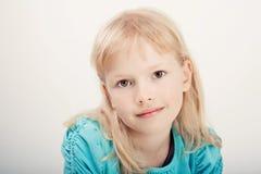Schönes Mädchen im blauen T-Shirt lizenzfreie stockbilder