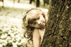 Schönes Mädchen im Frühjahr forrest stockbilder