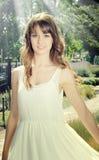 Schönes Mädchen im Garten Stockbilder