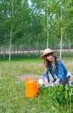 Schönes Mädchen im Garten Stockfotografie