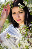 Schönes Mädchen im geblühten Garten stockbilder