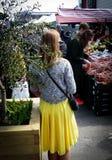 Schönes Mädchen im gelben Kleid stockfoto