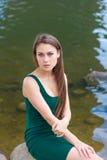 Schönes Mädchen im grünen Kleid Lizenzfreie Stockfotos