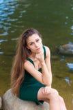 Schönes Mädchen im grünen Kleid Lizenzfreie Stockfotografie