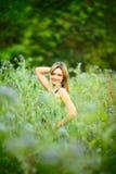 Schönes Mädchen im Gras Stockfotos