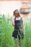 Schönes Mädchen im Gras Lizenzfreie Stockfotografie