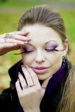 Schönes Mädchen im Herbstpark Stockfotografie