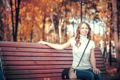 Schönes Mädchen im Herbstpark stockbilder