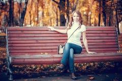 Schönes Mädchen im Herbstpark lizenzfreie stockbilder