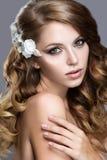 Schönes Mädchen im Hochzeitsbild mit Blumen in ihrem Haar Lizenzfreie Stockbilder