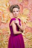 Schönes Mädchen im Hochzeitskleid Lizenzfreie Stockbilder