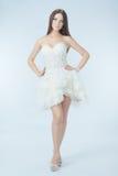 Schönes Mädchen im Hochzeitskleid Stockfotografie