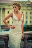 Schönes Mädchen im Hochzeitskleid Stockbild