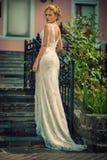 Schönes Mädchen im Hochzeitskleid Stockfotos