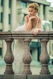 Schönes Mädchen im Hochzeitskleid Stockfoto