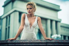 Schönes Mädchen im Hochzeitskleid Lizenzfreies Stockbild