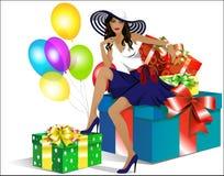 Schönes Mädchen im Hut, der auf den Geschenkboxen sitzt Stockfotografie
