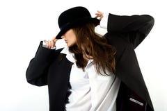 Schönes Mädchen im Hut eines Mannes stockbilder