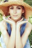 Schönes Mädchen im Hut mit weißem Frühling blüht Stockbild