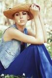 Schönes Mädchen im Hut mit weißem Frühling blüht Stockfotografie