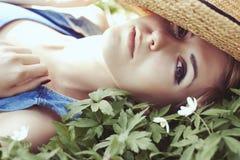 Schönes Mädchen im Hut mit weißem Frühling blüht Stockbilder
