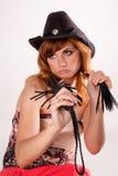 Schönes Mädchen im Hut und in der Peitsche Stockfotos