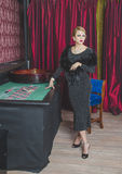 Schönes Mädchen im Kasino ist Roulette Lizenzfreie Stockfotos
